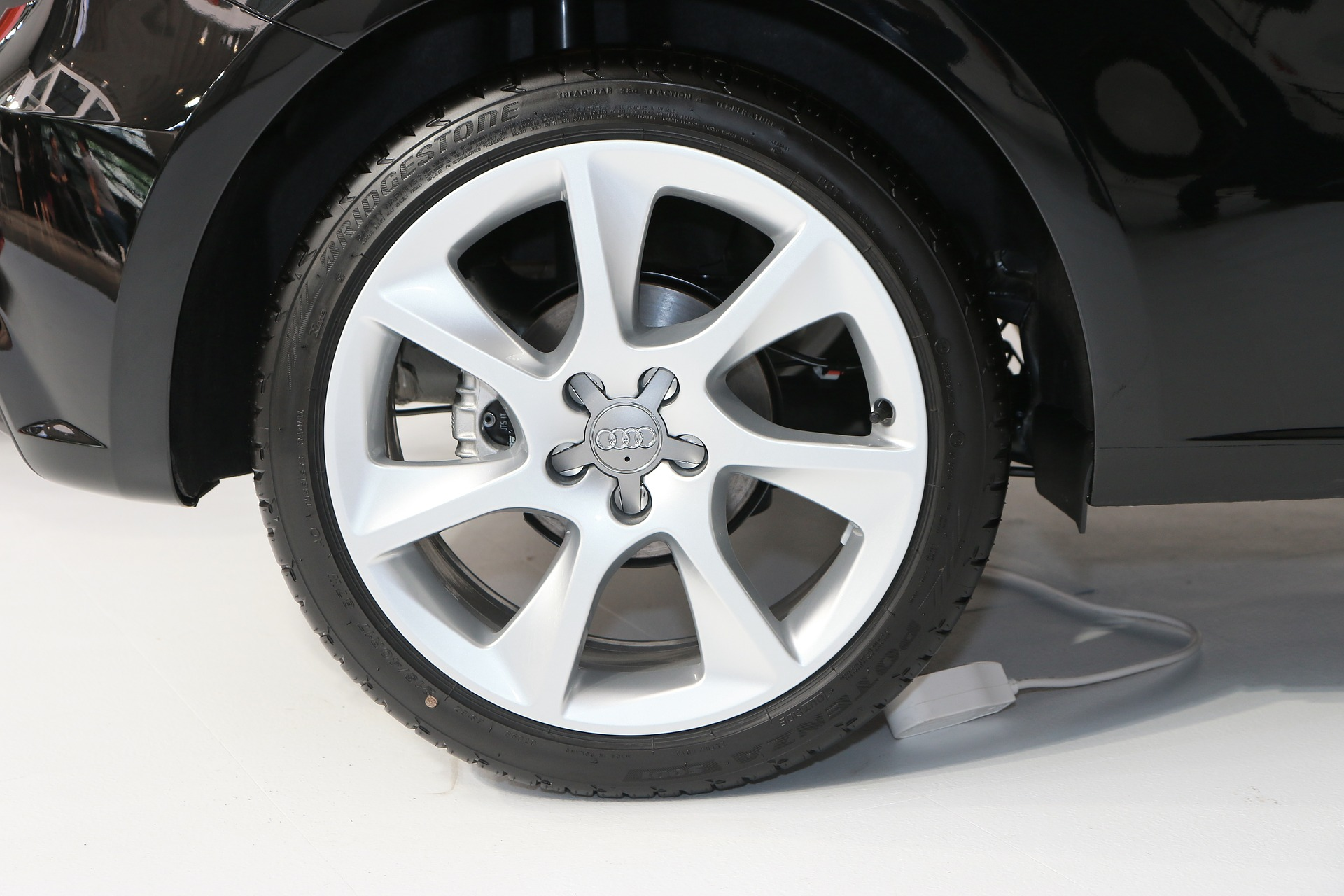 A picture of a tyre with correct tyre pressure on an Audi vehicle